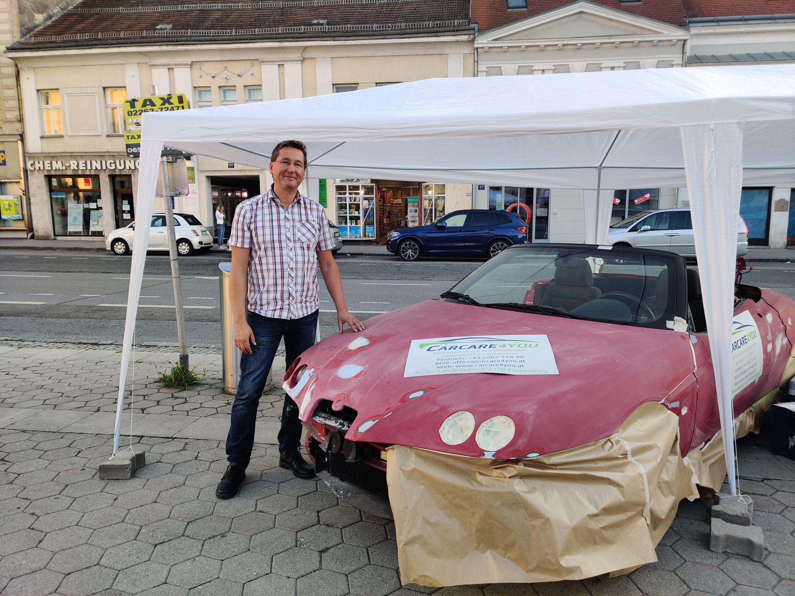 Inhaber, CEO von CarCare4you mit für die Lackiererei vorbereitetem Auto